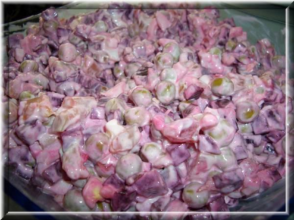 Свекольно-мясной салатик............  Варёную свеклу нарезать кубиками, пару варёных яиц измельчить, выдавить дольку чеснока, с маленькой баночки горошка слить воду, сырокопченую куриную грудку или любое мясное изделие (варёное, копчёное, колбасное...) нарезать кубиками. Всё смешать и заправить майонезом.