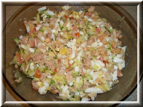 [b]Салат из печени трески с овощами[/b]................................... Баночку печени трески размять, небольшой огурец, маленькую помидорку и поллуковицы (лучше зелёный лук) измельчить, 2 варёных яйца порубить. Заправить майонезом, но можно и без него.