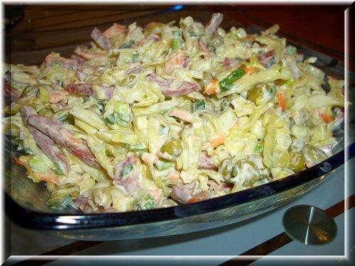 """[b]""""Свежесть"""" из капусты и колбасы[/b]................................. 500г свежей капусты, 300-400г копч. колбасы сервелат или салями, 1 банка горошка, 1 морковь, майонез, зелень, соль и лимонный сок.  Капусту нашинковать и помять с солью и лимонным соком, морковь натереть и добавить к капусте, дать настояться 10минут, колбасу нарезать соломкой, зелень порубить. Всё смешать, всыпать горошек и заправить майонезом. Украсить оливками."""