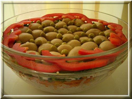 [b]Грибная полянка[/b] Выкладываем слоями в салатник:  - отварной картофель натертый на крупной терке  - майонез  - любое отварное мясо порванное на волокна  - лук репчатый полукольцами, замаринованный на 10-20 минут в 3% уксусе  - майонез  - корейская морковка немного порезанная  - измельчённая зелень  - любые маринованные грибы   Украсить по желанию.