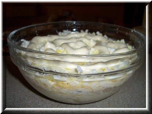 [b]Типа Мимозы[/b]  Продукты: 1б тунца в масле, 1 луковица небольшая, 4 яйца вар., 100г сыра, уксус, майонез.   С тунца слить масло, размять. Лук нарезать четвертькольцами и залить уксусом (1 чл уксусной эссенции и 20 чл воды) на 10-20 минут, потом слить маринад. Яйца и сыр натереть на крупной тёрке. Всё уложить слоями, промазывая майонезом: тунец, лук, сыр, яйцо. Повторить слои 2 раза или по желанию.