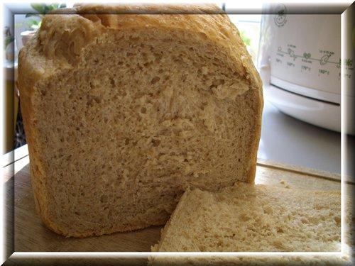[b]Хлебушек с гречневой мукой и варенцом ...[/b] 300 мл варенца или ряженки, немного разбавленного водой; 2 ст л кукурузного масла, 1 ч л соли, 1 ст л коричневого сахара, 1 ч л кофе растворимого, 0,5 ч л кориандра, 2 ст л ржаных злопьев, 50 г гречневой муки, 350 г пшеничной муки, 1,25 ч л дрожжей.  Режим основной, корочка средняя, 750г.  Хлеб получается слегка влажным, долго не портится.
