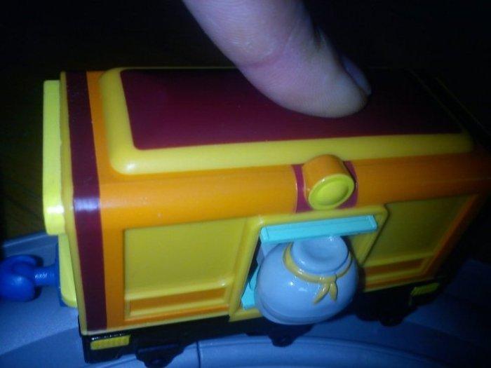 При нажатии на кнопку у почтового вагончика выскакивает мешочек с почтой. Правда, сынуля принял его за горшочек с медом:)