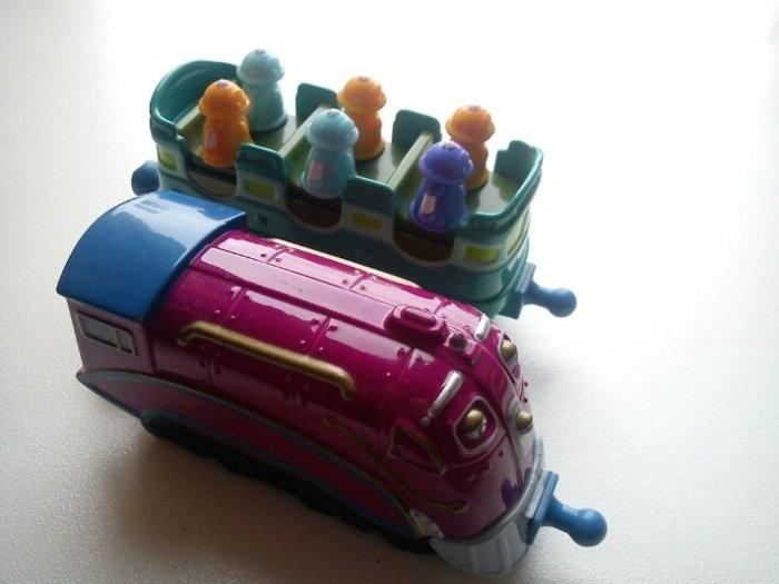 Простые малыши - скоростной Маккалистер и вагончик с пассажирами. Вагончик звуковой, когда едет, пассажиры вертятся и издают звуки.