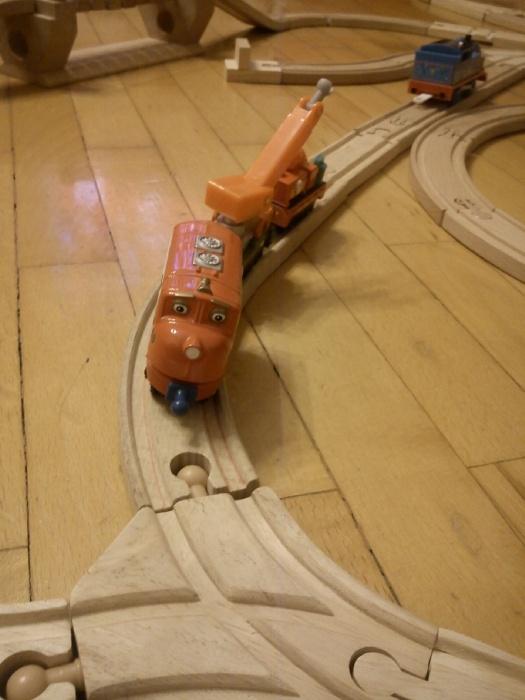 По этой фото видно, что простой Чагги не может ездить по деревянной дороге. Не совпадает ширина колеи.