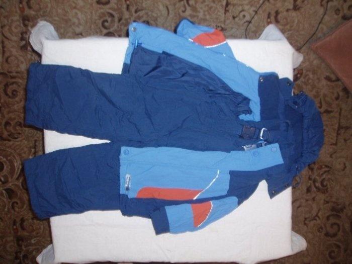 Костюм O hara Размер 86+, пуховик, пуховая курточка вынимается и костюм можно стирать в машинке. Не промокает. есть дефект штаны по низу махрятся. На функционал не влияет и при носке не видно. Цена 1000руб. ПРОДАНО
