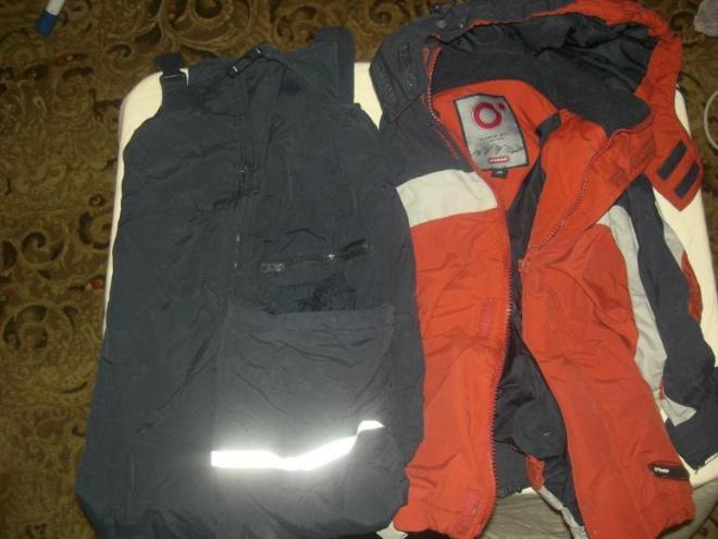 Пуховый костюм фирмы Ohara. Размер 104+6. 1000 руб. Состояние среднее, носили очень активно 2 сезона, наш любимый костюм. Не промокает и не продувается, очень тонкий, но очень теплый. Куртка состоит из ветровки и пуховой куртки, которая вынимается, что позволяет стирать верхнюю куртку, при этом сохраняя пуховик. Температурный режим от -5 до -30. Идеальный вариант для садика и горок. В подарок варежки. Замеры: Куртка Длинна 48 см. Длинна рукава от ворота 46,5 см. Подмышка 27 см. Полукомбинезон Длинна 77 см. Шаг 41 см.