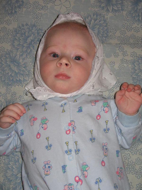 4,5 месяца (в платочке, будто девочка)