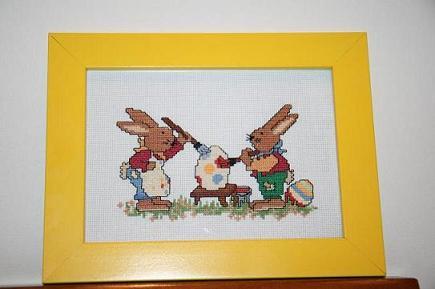Пасхальные зайчатки из старой Бурды. В оригинале открытка из серии. Серию каждую новую Пасху я планирую дошить, но пока украшают кухню в светлый праздник только эти.