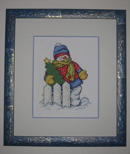 И тоже почему-то неоправданно долго вышиваемая картинка, что совершенно не ожидала от такого милого снеговичка, -думала ещё чего-то из этой серии успею. Но нравиться всё равно не перестал! :)