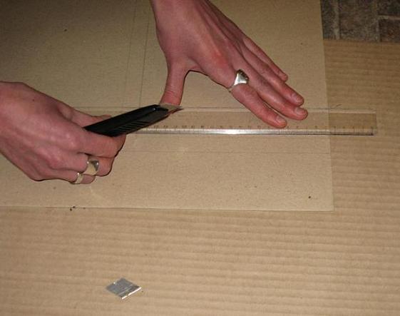 Сначала линейкой начертим на картоне основу под нашу вышивку - это может быть квадрат или прямоугольник. Самое главное, чтобы углы были прямые и линии ровные, затем макетным ножом вырезаем эту основу.
