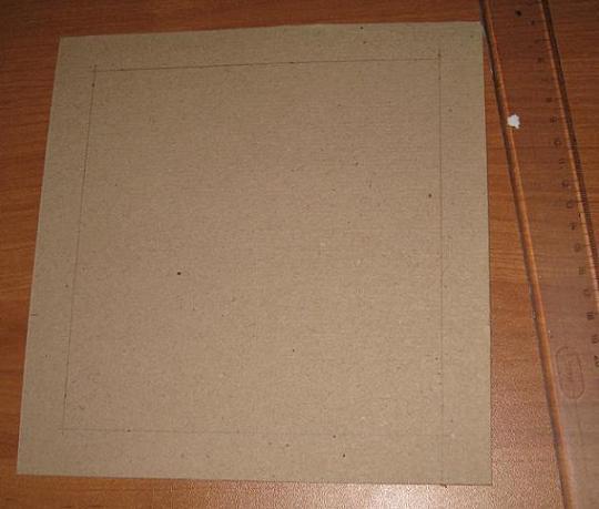 Затем чертим квадрат или прямоугольник на нашей картонке по размеру немногим больше предполагаемого окна под паспарту или раму, обращая внимание на то, что углы обязательно должны быть прямыми.
