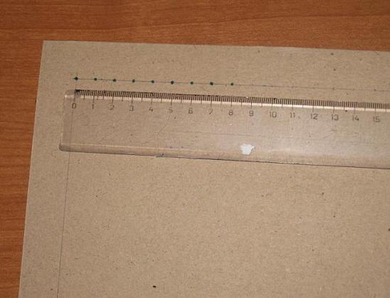 По начерченному периметру отмечаем деления на выбранном расстоянии, скажем, в 1 см. Сначала отмечаем углы, если по сторонам это не принципиально -1-2 или 0,5 см какое-то деление будет, то углы для ровного натяжения ткани очень важны.