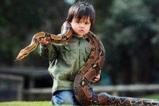 2-летний мальчик  укрощает змей