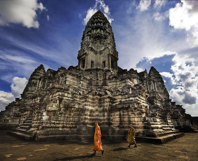 Красивейшие места мира: Прекрасный древний храм Ангкор Ват в Камбодже, самая знаменитая туристическая достопримечательность страны.