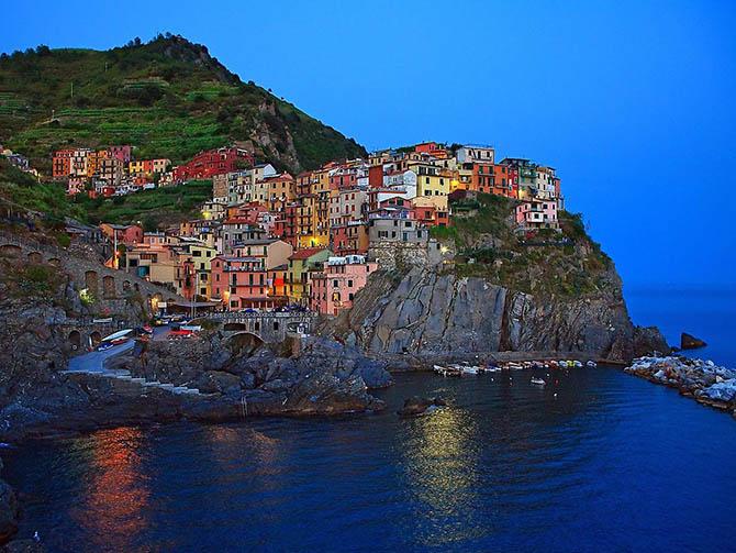Красивейшие места мира: Далее отправляемся в Италию. Посетим Чинкве Терре в Рио Маджоре, который знаменит своими цветными домами, построенными на живописных скалах у