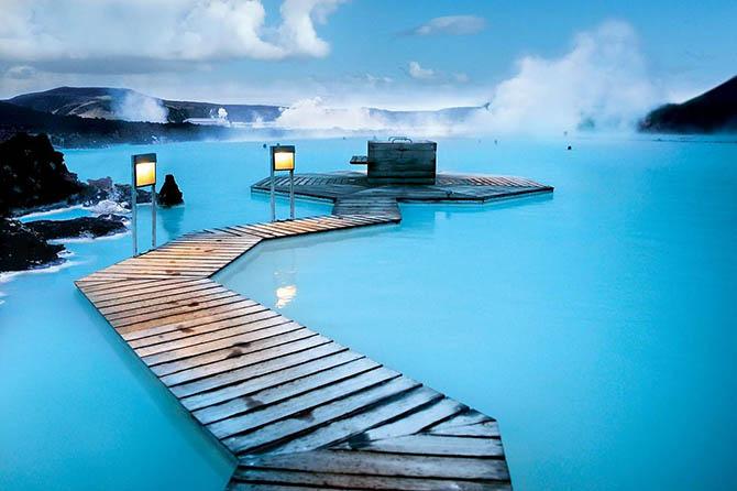 Красивейшие места мира: Среди достопримечательностей Исландии наиболее выделяется Голубая Лагуна, одно из самых красивых мест в мире. Это природные термальные источники с очень