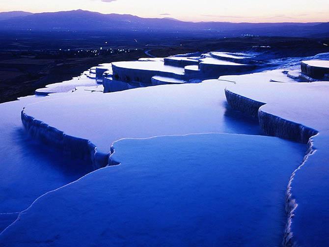 Красивейшие места мира: Следуем в другой конец планеты, в Турцию, где посетим горячие источники Памуккале, расположившиеся на скальных террасах загадочной формы. Это место,