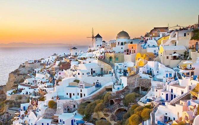 Красивейшие места мира: Еще один представитель цветных городов нашей планеты — Санторини в Греции. Узнаваемые бело-голубые домики расположены прямо на скалах у моря.