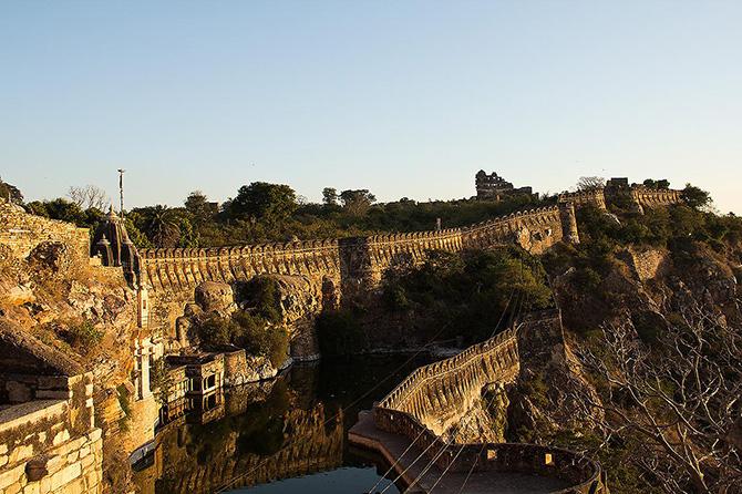 Красивейшие места мира: Самый большой форт в Индии выглядит так, будто он потерялся во времени. Среди достопримечательностей Индии форт Читторгарх упоминается нечасто, тем