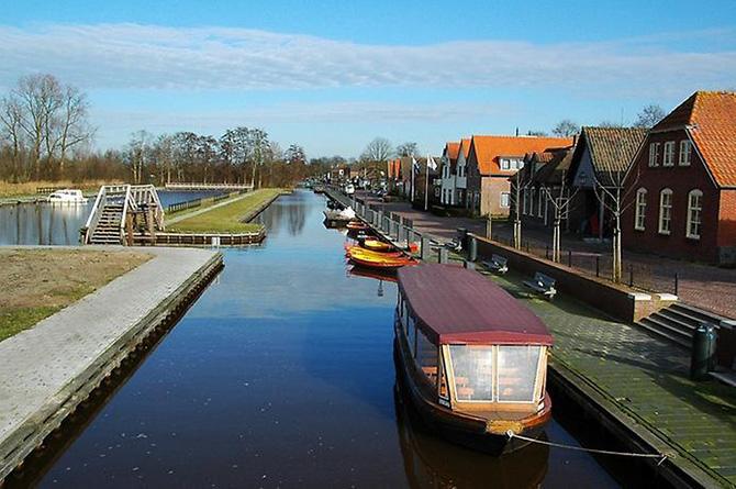 Красивейшие места мира: Снова перемещаемся в Европу, чтобы увидеть поселение под названием Гитхорн в Нидерландах. Его также называют местом, где нет дорог. Все