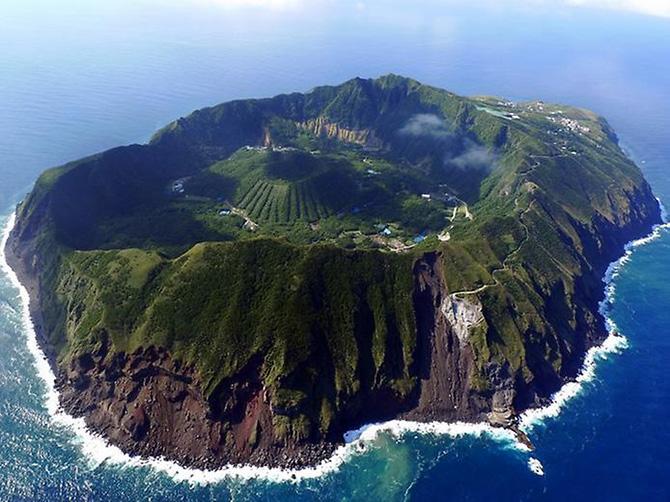 Красивейшие места мира: Не стоит обделять вниманием и Японию. В частности, здесь есть загадочный остров Аогашима, имеющий вулканическое происхождение. В его кратере находится
