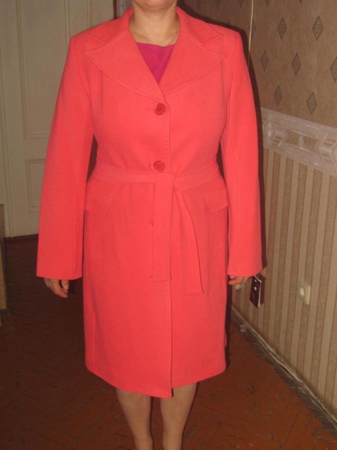 Пристрой пальто кораллового цвета,очень красивое. На сестру оказалось великовато р-р 50
