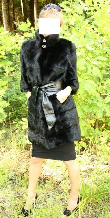 МодельЭлит 2012 - норковая шуба черная горизонталка 90 см. Новая норковая шуба из скандинавской норки чернй бриллиант (скан блек), густой, блестящий и шелковистый мех, не сыпется и не лезет, мягкие шкурки, подклад открыт, изнутри можно посмотреть качество выделки и пошива, прямой фасон, воротник-стойка, рукав 3/4, размер 40-44, норка горизонтальными пластинами, между пластинами норки вставка из стриженой норочки, очень эффектная и стильная шубка, можно носить с широким кожаным поясом - ЦЕНА 47 000 РУБЛЕЙ! С рукавом обычной длины в длине 90 см - ЦЕНА 49 000 РУБЛЕЙ, в длине 100 см с капюшоном - ЦЕНА 54 000 РУБЛЕЙ!