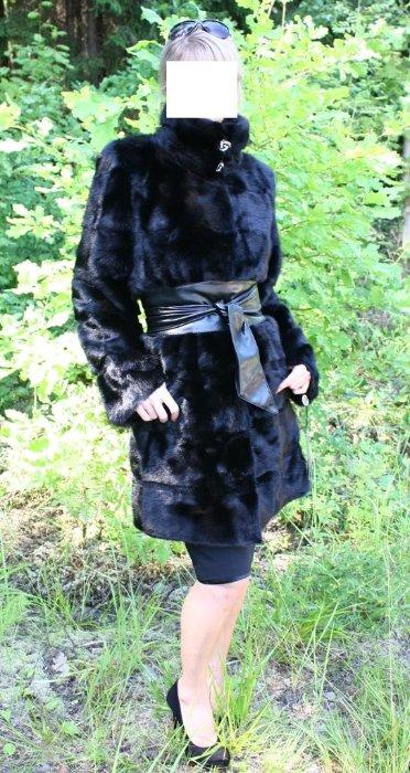 МодельЭлит 2012 - норковая шуба черная горизонталка 90 см. Новая норковая шуба из скандинавской норки чернй бриллиант (скан блек), густой, блестящий и шелковистый мех, не сыпется и не лезет, мягкие шкурки, подклад открыт, изнутри можно посмотреть качество выделки и пошива, прямой фасон, воротник-стойка, рукав 3/4, размер 40-44, норка горизонтальными пластинами, между пластинами норки вставка из стриженой норочки, очень эффектная и стильная шубка, можно носить с широким кожаным поясом - ЦЕНА 47 000 РУБЛЕЙ! С рукавом обычной длины в длине 90 см - ЦЕНА 49 000 РУБЛЕЙ