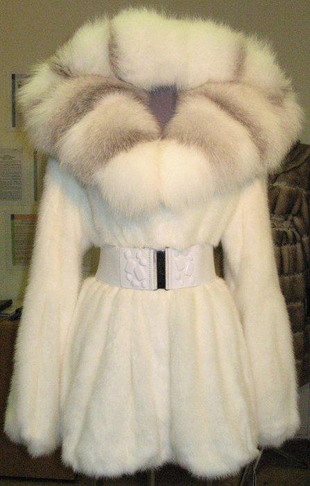 12. Норковая шуба белая с полярной лисой 75 см - норковая шуба из коллекции, скандинавская норка цвет белый, очень густой,  блестящий мех, мягкие шкурки, отличная выделка, необычный фасон, баллончик, длина 75 см, капюшон оторочен белой полярной лисой, рукав фонариком, размер 42-44, 44-46, можно носить с широким поясом-резинкой (пояс не прилагается) - ЦЕНА 74 000 РУБЛЕЙ.