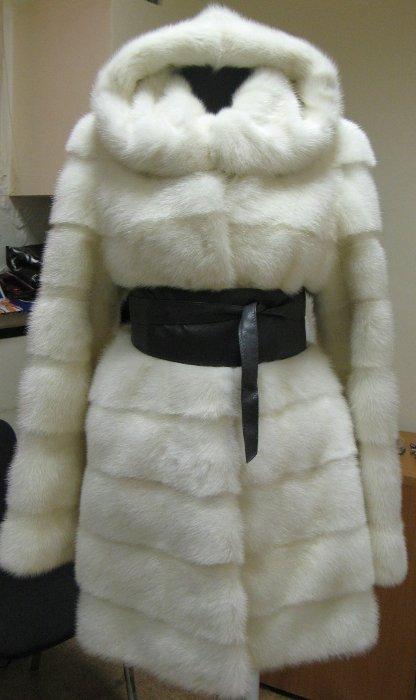 модель 8. Шикарная норковая шуба (Модель 2010/11 Элит) из  скандинавской норки цвета Жемчуг (сливочный), густой, блестящий мех, горизоантальные пластины, подклад открыт, мягкие шкурки, отличная выделка, прямой фасон, длина 90 см, двухсторонний капюшон, с широким поясом, очень стильная шубка! размер 42-44 и 44-46 в наличии - ЦЕНА 64 000 РУБЛЕЙ. Есть аналогичная модель с воротником-стойкой в длине 90 см размер 40-42, 42-44 - ЦЕНА 60 000 РУБЛЕЙ