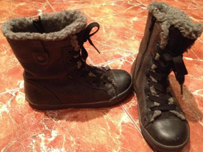 Суперфит ботинки меховушка только сверху, внутри типа чесанного флиса  демисезон, когда в коже холодно зимние рано одевать.Не промокаемые тек.Застегиваются сбоку на молнии.Размер 30 по стельке 19,5 см. цена 800 руб