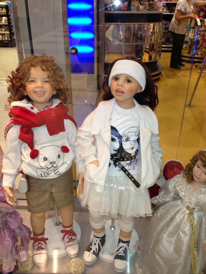 Куклы абсолютно как живые... Стоят около 2000 евро каждая)