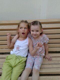 Диана в Евпатории. Июнь 2013. Справа Наташа- наш любимый пингвин, крестная дочка моей дочери и племянница Иры Ждановой)