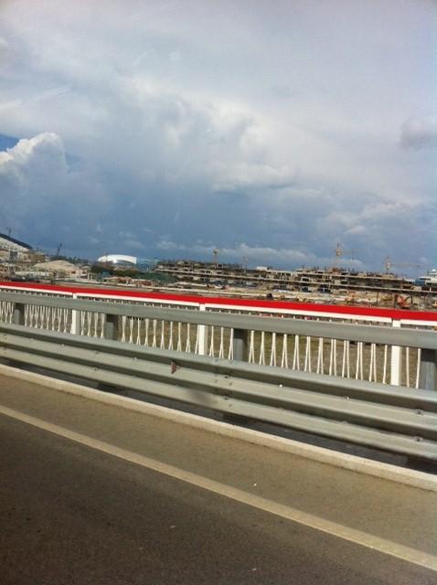 Вид сверху, с моста. такое впечатление,что строительство только началось, а не завершается