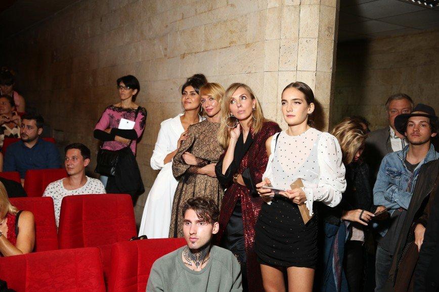 Стоят девчонки: жене Бондарчука не хватило места на премьере