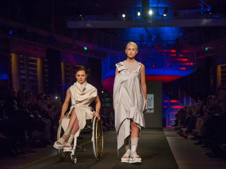 Модели на колясках стали участницами показа мод в Милане