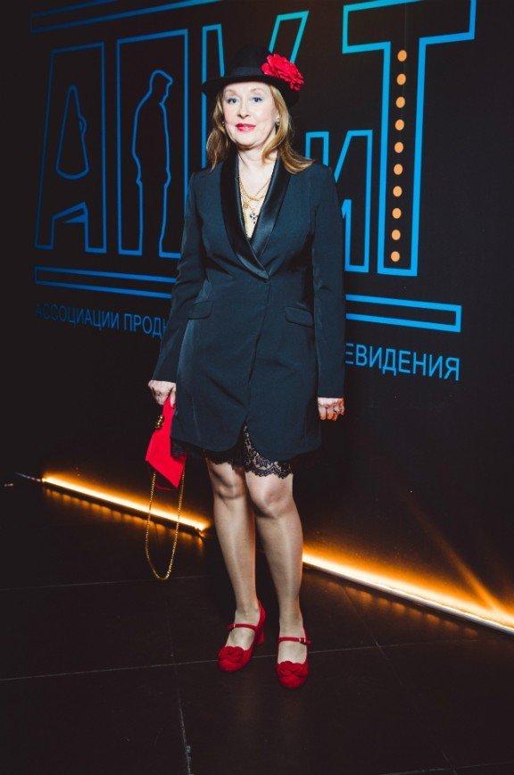 61-летняя Лариса Удовиченко удивила нарядом: Народная артистка России Лариса Удовиченко, которой в апреле будет 62 года, пришла в весьма странном наряде - кружевная юбка мини