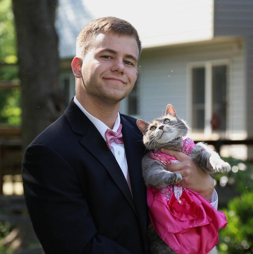Одинокий американец взял на выпускной кошку