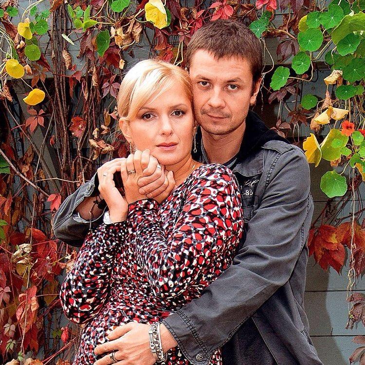 """""""Как мама и сын"""": 44-летняя Мария Порошина показала фото с мужем"""