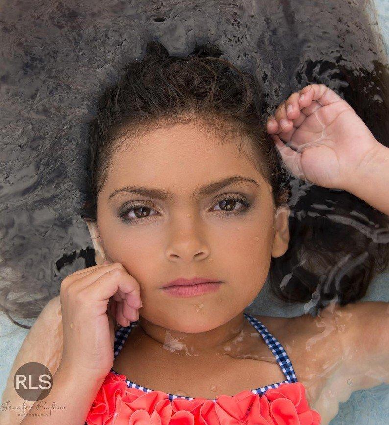 7-летняя девочка ходит в школу с макияжем