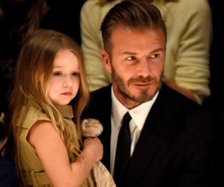 Дэвид Бекхэм помогает дочери шить платья для кукол