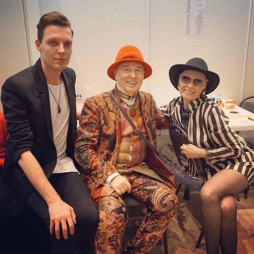 76-летняя Светлана Светличная показала ножки в мини: Светличная посетила Неделю моды Mercedes-Benz Fashion Week Russia и сфотографировалась с иконой стиля Вячеславом Зайцевым. Сказанные давно в одном из