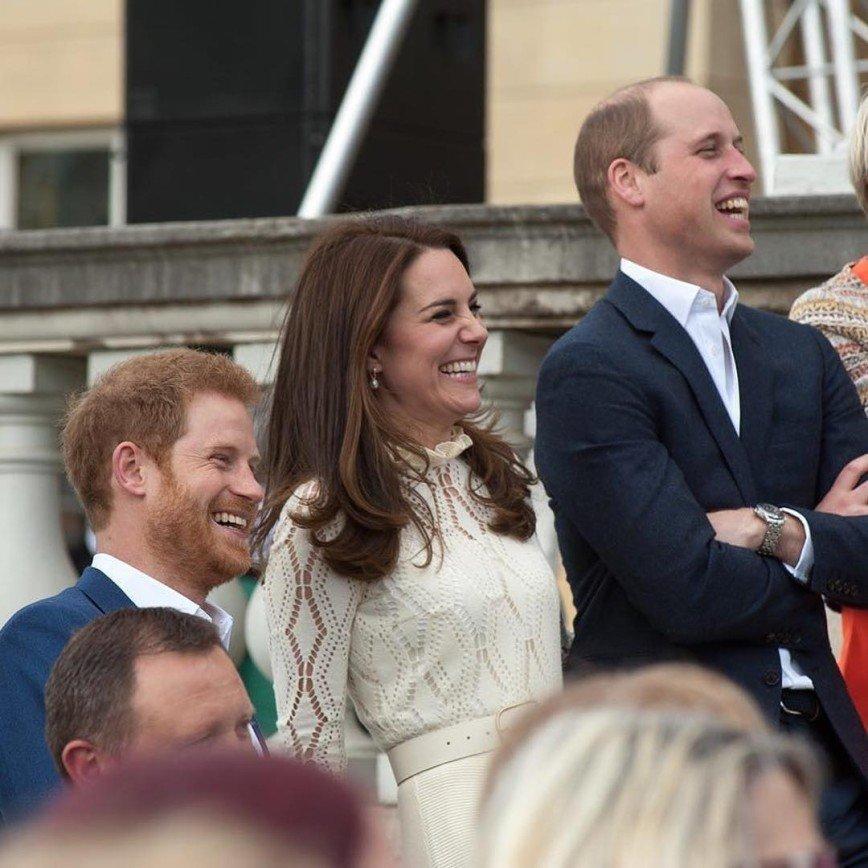 Кейт Миддлтон с принцами Уильямом и Гарри зажгли на чайной вечеринке