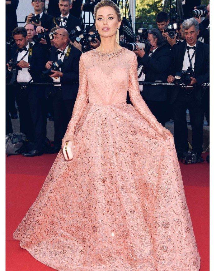 Виктория Боня исполнила мечту с плаката желаний: Модель Виктория Боня выбрала для открытия фестиваля розовое платье с пышной юбкой. Девушка призналась в своем инстаграме, что мечтала попасть