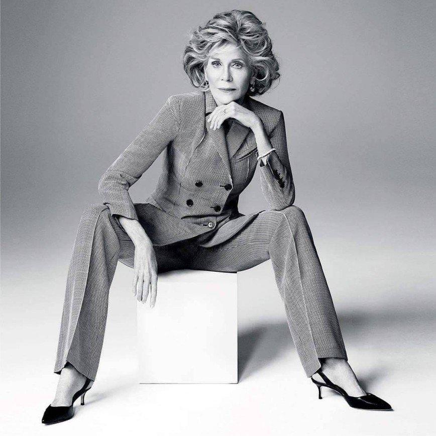 79-летняя Джейн Фонда хороша в любом наряде: Для Harper's Bazaar икона стиля снялась в фотосессии в разных нарядах - и во всех образах она прекрасна.