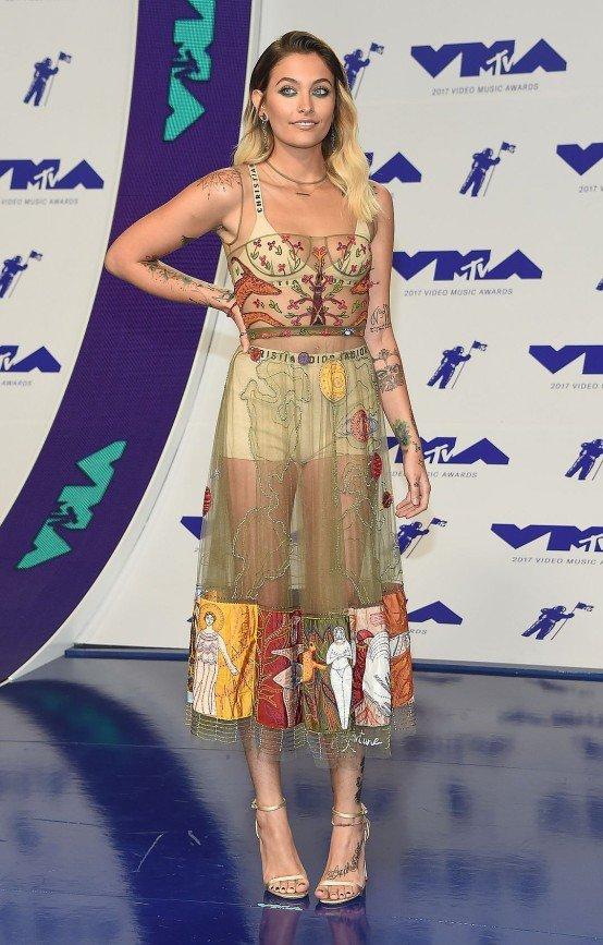 Пэрис Джексон пришла на церемонию MTV в мужских трусах и с небритыми подмышками