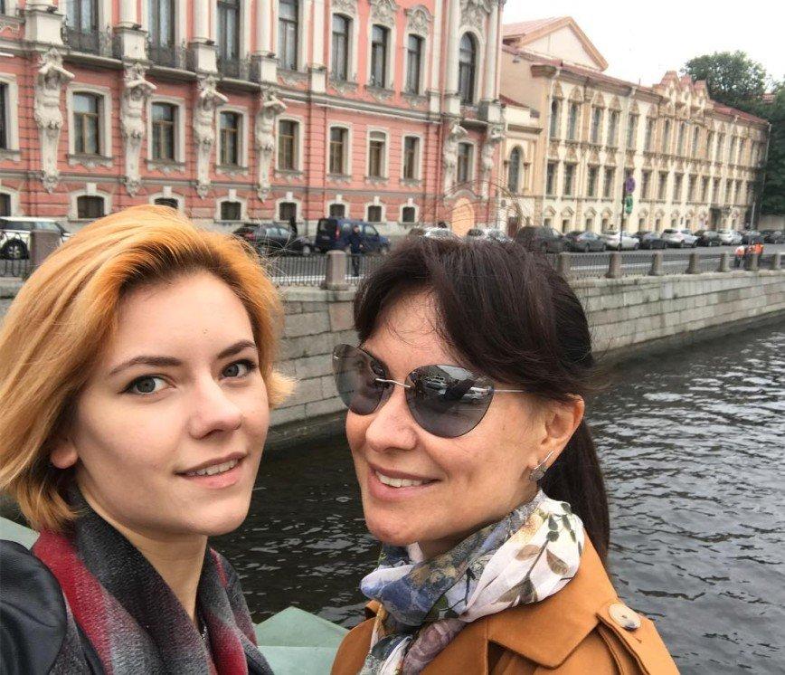 """""""Как сестрёнки"""": Нонна Гришаева появилась на премьере с дочерью"""