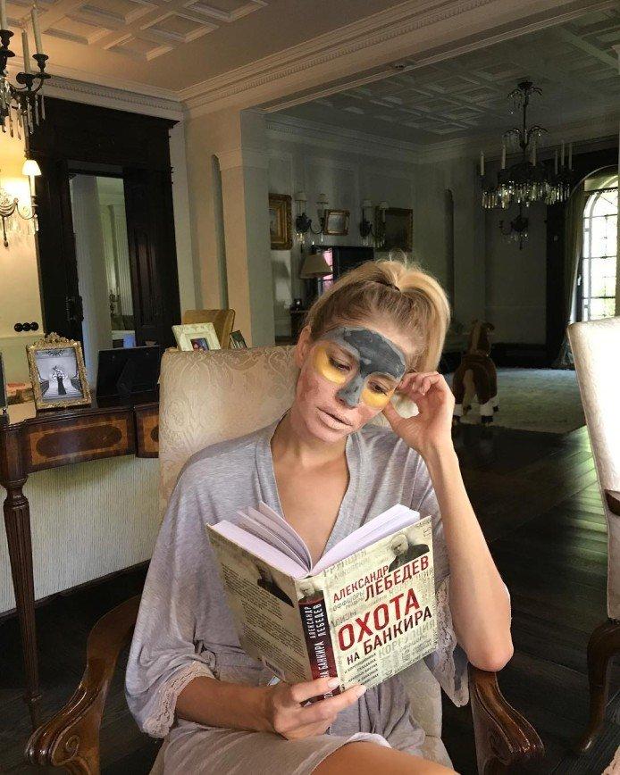"""""""Читать умеет?"""": муж Перминовой показал ее фото в маске и с книгой"""