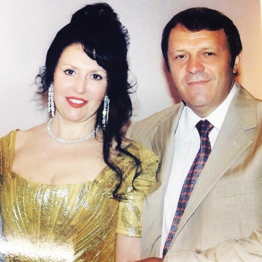 """""""Ненатуральный блондин?"""": Николай Басков показал фото родителей-брюнетов"""
